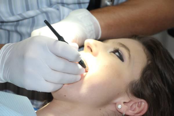 Больно ли удалять зубной камень: стоит чистить зубы в стоматологии или нет, как проходит удаление, почему нужно убирать налёт