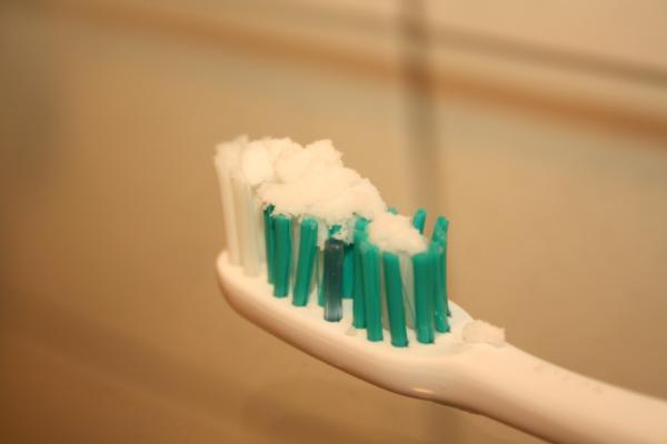 Аккуратно почистите зубы