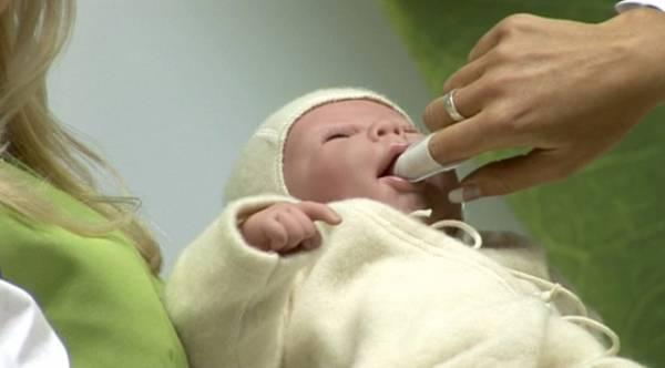 Новорожденному чистят ротовую полость