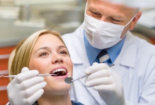 Если откололся камень от зуба, то нужно как можно быстрее обратиться к стоматологу.