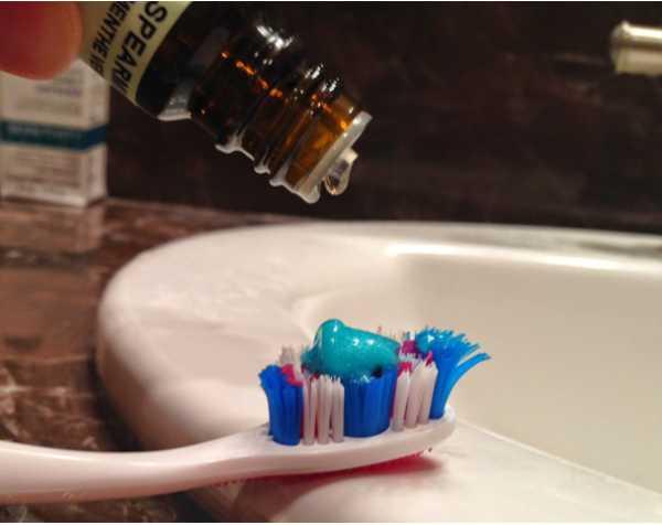 Капаем масло на зубную щётку